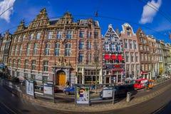 阿姆斯特丹,荷兰, 2018年3月, 10 :走外面的室外观点的有些汽车停放的和未认出的人民 免版税库存照片