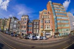 阿姆斯特丹,荷兰, 2018年3月, 10 :走外面的有些汽车停放的和未认出的人民美丽的景色  免版税库存照片