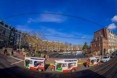阿姆斯特丹,荷兰, 2018年3月, 10 :骑自行车在接近小的街道的室外观点的未认出的人民 库存图片