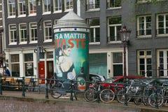 阿姆斯特丹,荷兰- 2017年6月25日:在历史部分的街道广告 免版税库存照片