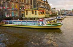 阿姆斯特丹,荷兰- 2017年12月14日:在阿姆斯特丹运河的巡航小船  库存图片
