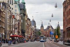 阿姆斯特丹,荷兰- 2017年6月25日:在Damrak街道上的西门子Combino电车在城市的中心 免版税库存图片