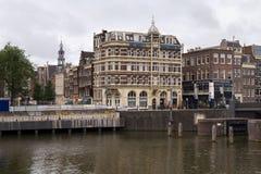 阿姆斯特丹,荷兰- 2017年6月25日:在Prins Hendrikkade街道上的历史大厦在阿姆斯特丹Centraal驻地附近 库存图片
