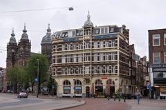 阿姆斯特丹,荷兰- 2017年6月25日:在Prins Hendrikkade街道上的历史大厦 免版税库存图片