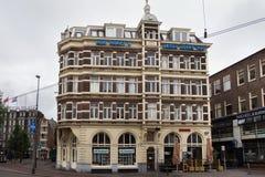 阿姆斯特丹,荷兰- 2017年6月25日:在Prins Hendrikkade街道上的历史大厦 免版税库存照片