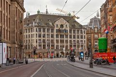 阿姆斯特丹,荷兰- 2017年6月25日:对杜莎夫人蜡象馆阿姆斯特丹蜡博物馆的看法从Damrak街道 库存图片