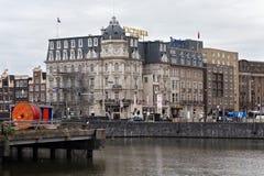阿姆斯特丹,荷兰- 2017年6月25日:对维多利亚旅馆的看法在1890打开了在Prins Hendrikkade st 库存照片