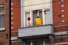 阿姆斯特丹,荷兰- 2017年6月25日:朋友年轻夫妇  库存照片