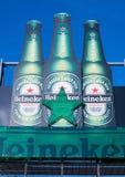 阿姆斯特丹,荷兰- 2018年7月18日:海涅肯在蓝天的储藏啤酒大广告牌  图库摄影