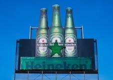 阿姆斯特丹,荷兰- 2018年7月18日:海涅肯在蓝天的储藏啤酒大广告牌  免版税库存照片