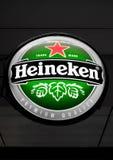 阿姆斯特丹,荷兰- 2018年7月18日:海涅肯垂悬在客栈旁边的储藏啤酒圆的广告牌  免版税库存图片