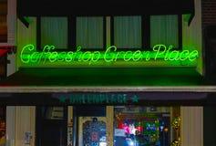 阿姆斯特丹,荷兰- 2017年12月14日:绿色霓虹咖啡店标志 库存图片