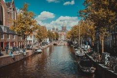 阿姆斯特丹,荷兰- 2018年9月09日:运河和圣尼古拉斯教会在阿姆斯特丹,荷兰在一秋天天 免版税图库摄影