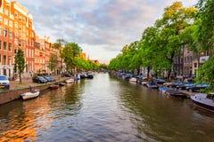 阿姆斯特丹,荷兰- 2014年6月10日:运河美丽的景色在阿姆斯特丹 免版税库存图片