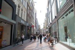 阿姆斯特丹,荷兰- 2018年10月18日-一条活泼的街道Haarlemmerstraat在心脏  库存照片