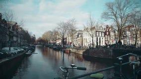 阿姆斯特丹,荷兰- 2017年12月26日 从桥梁的看法在城市运河 免版税库存照片