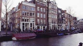 阿姆斯特丹,荷兰- 2017年12月25日 典型的城市运河堤防和荷兰人房子门面 免版税库存照片