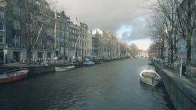 阿姆斯特丹,荷兰- 2017年12月25日 典型的运河和房子沿着堤防 库存图片