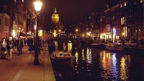 阿姆斯特丹,荷兰- 2017年12月27日 城市运河在晚上 库存照片