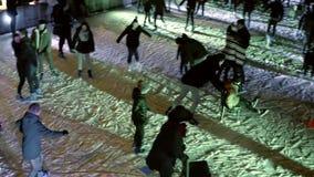 阿姆斯特丹,荷兰- 2017年12月28日 著名Museumplein的Crowded滑冰场在晚上 库存照片
