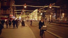 阿姆斯特丹,荷兰- 2017年12月28日 装饰的主要街道Rokin在晚上 免版税库存图片