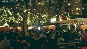 阿姆斯特丹,荷兰- 2017年12月28日 Cristmas义卖市场在Museumplein的食物和饮料摊位在晚上 库存图片