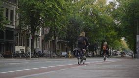 阿姆斯特丹,荷兰- 2016年10月18日在街道上的,游人,自行车和汽车-电车乘驾通过历史的中心 免版税库存图片
