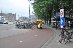 阿姆斯特丹,荷兰- 2010年8月17日, :在Th的黄色自行车出租汽车 免版税图库摄影