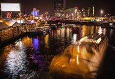 阿姆斯特丹,荷兰- 2016年1月17日:Ð ¡在阿姆斯特丹夜运河的ruise小船2016年1月17日的 库存图片
