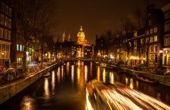 阿姆斯特丹,荷兰- 2016年1月17日:Ð ¡在阿姆斯特丹夜运河的ruise小船2016年1月17日的 库存照片