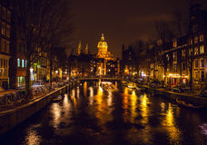 阿姆斯特丹,荷兰- 2016年1月17日:Ð ¡在阿姆斯特丹夜运河的ruise小船2016年1月17日的 免版税库存照片
