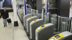 阿姆斯特丹,荷兰- 2016年10月18日:使用票门的人们在火车站,检验 机场品牌检查不面对可认识 城市 股票视频