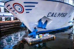 阿姆斯特丹,荷兰- 2016年8月15日:供以人员木筏油漆客船的工作者 阿姆斯特丹-荷兰 库存图片