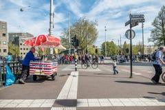 阿姆斯特丹,荷兰- 2017年4月31日:卖在街道的人热狗 免版税库存照片