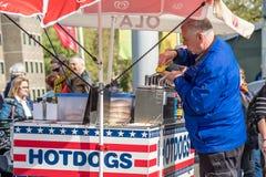阿姆斯特丹,荷兰- 2017年4月31日:卖在街道的人热狗 图库摄影