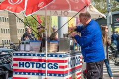 阿姆斯特丹,荷兰- 2017年4月31日:卖在街道的人热狗 免版税库存图片