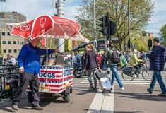 阿姆斯特丹,荷兰- 2017年4月31日:卖在街道的人热狗 免版税图库摄影