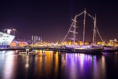 阿姆斯特丹,荷兰- 2016年1月1日:在夜运河的全视图在阿姆斯特丹的中心从桥梁的在博物馆Nemo附近 获得头发1月胡安la老San Sebastian街道纹身花刺的18 2009年艺术家band calle de female节日节日是妇女 免版税库存图片