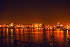 阿姆斯特丹,荷兰- 2016年1月1日:在夜运河的全视图在阿姆斯特丹的中心从桥梁的在博物馆Nemo附近 获得头发1月胡安la老San Sebastian街道纹身花刺的18 2009年艺术家band calle de female节日节日是妇女 免版税库存照片