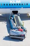 阿姆斯特丹,荷兰- 2016年8月17日:在空气的装货行李 库存照片
