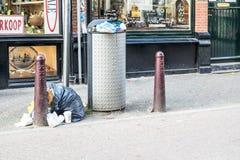 阿姆斯特丹,荷兰- 2017年4月31日:在阿姆斯特丹街道的垃圾和土  免版税库存图片