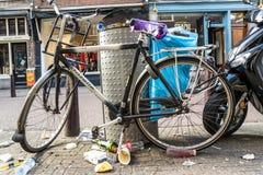 阿姆斯特丹,荷兰- 2017年4月31日:在阿姆斯特丹街道的垃圾和土  库存照片