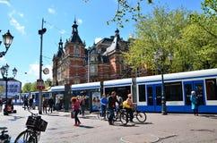 阿姆斯特丹,荷兰- 2015年5月6日:在Leidseplein附近的人们在阿姆斯特丹 图库摄影