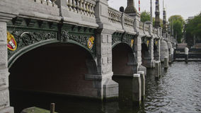 阿姆斯特丹,荷兰- 2016年10月18日:在Sarphatestraat的著名桥梁与城市的标志-三倍x 免版税库存照片