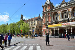 阿姆斯特丹,荷兰- 2015年5月6日:在Stadsschouwburg大厦附近的人们在阿姆斯特丹 库存照片