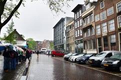 阿姆斯特丹,荷兰- 2015年5月16日:排队在安妮・弗兰克房子和浩劫博物馆的游人 免版税库存图片