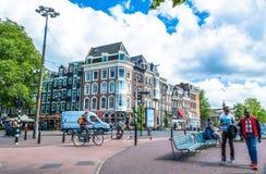 阿姆斯特丹,荷兰- 2015年5月28日:有房子的街道在阿姆斯特丹在一个晴天 库存图片