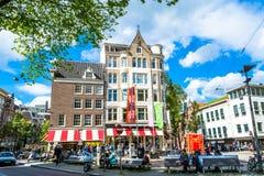 阿姆斯特丹,荷兰- 2015年5月28日:有房子的街道在阿姆斯特丹在一个晴天 库存照片