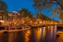 阿姆斯特丹,荷兰- 2008年4月4日:沿运河a的老房子 免版税图库摄影