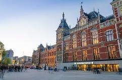 阿姆斯特丹,荷兰- 2015年5月8日:阿姆斯特丹中央火车站的人们 免版税库存图片